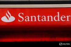 Las acciones de Santander figuraban el viernes entre los valores más castigados del Ibex tras anunciar una rebaja de su objetivo de rentabilidad sobre el capital tangible (ROTE en sus siglas en inglés). En l aimagen, un logotipo del banco Santander en Londres, Reino Unido, el 14 de febrero de 2012.  REUTERS/Luke MacGregor/File Photo