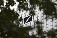 John Cryan, président du directoire de Deutsche Bank, s'est efforcé vendredi de rassurer les salariés de la banque allemande malgré une nouvelle tempête boursière provoquée par la crainte de voir des fonds spéculatifs donner le coup d'envoi d'une vague de départs au sein de la clientèle de l'établissement. /Photo prise le 30 septembre 2016/REUTERS/Kai Pfaffenbach