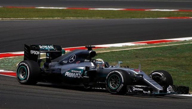 9月30日、自動車レースF1の今季第16戦、マレーシアGPはフリー走行2回を行い、昨季の総合王者ルイス・ハミルトンが1分34秒944の最速タイムを記録した(2016年 ロイター/Edgar Su)