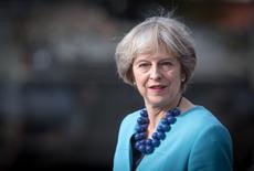 Altos cargos conservadores británicos esbozaron el sábado un futuro sistema de permisos de trabajo tras el brexit, poniendo de manifiesto la presión que la primera ministra Theresa May afronta para reducir la inmigración y tranquilizar a los eurosecépticos mientras atiende las preocupaciones de los líderes empresariales. En la imagen, May saluda a las tropas en un campamento militar cerca de near Salisbury, Inglaterra, el 29 de septiembre de 2016.  REUTERS/Matt Cardy/Pool