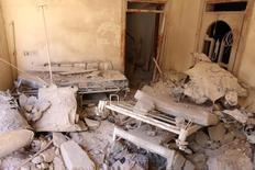 Разрушенный авиаударом госпиталь в удерживаемой повстанцами части Алеппо 1 октября 2016 года. Российские самолеты и войска президента Сирии Башара Асада в субботу подвергли массированному огню удерживаемые оппозицией районы внутри Алеппо и вокруг осажденного города; повстанцы и спасатели обвинили наступающих в уничтожении одного из главных местных госпиталей, в результате чего погибли как минимум два пациента. REUTERS/Abdalrhman Ismail