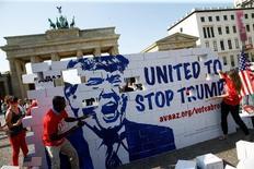 Участники демонстрации против избрания Дональда Трампа президентом США. Берлин, 23 сентября 2016 года. Минэкономики Германии уверено, что победа Трампа на выборах президента обернется сильнейшими проблемами американской экономики, говорится во внутренних документах, преданных в субботу гласности журналом Spiegel. REUTERS/Axel Schmidt