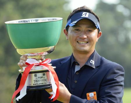 男子ゴルフ、片岡が今季初優勝