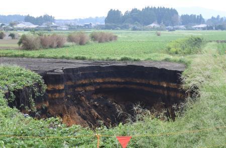 台風16号の爪痕、畑に巨大な穴
