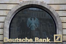 Логотип Deutsche Bank на отделении банка во Франкфурте-на-Майне. Deutsche Bank бросил все силы на переговоры с американскими органами юстиции до президентских выборов в США в ноябре. Американский минюст сообщал, что может потребовать с банка до $14 миллиардов за нарушения при торговле привязанных к ипотеке ценных бумаг. REUTERS/Kai Pfaffenbach