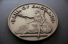 El emblema del Banco de Inglaterra, el 4 de agosto de 2016. El Banco de Inglaterra dijo el lunes que llevará a cabo una prueba de solvencia más amplia para comprobar la resistencia de los bancos británicos a eventuales turbulencias junto al chequeo rutinario anual sobre su salud financiera. REUTERS/Neil Hall