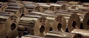 Bobinas de alumínio são vistas em fábrica da Noveli em  Pindamonhangaba, Brasil 19/06/2015 REUTERS/Paulo Whitaker