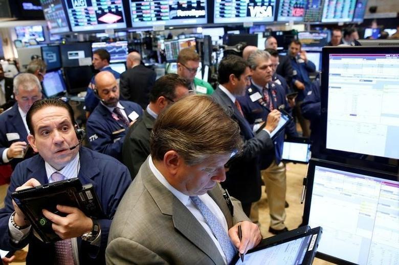 2016年9月28日,美国纽约证交所内的交易员们。REUTERS/Brendan McDermid/File Photo