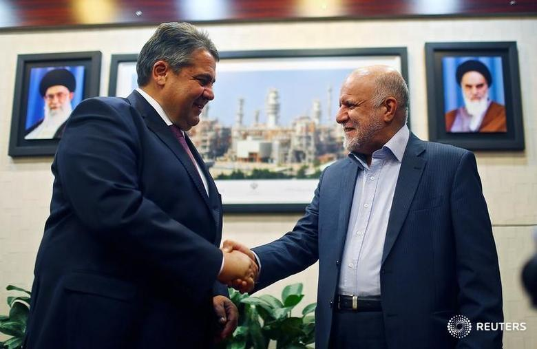 Iran's Oil Minister Bijan Zangeneh welcomes German Economy Minister Sigmar Gabriel before talks in Tehran, Iran October 3, 2016. REUTERS/Hannibal Hanschke