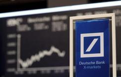 Las bolsas europeas avanzaban en las primeras operaciones del martes, con la compañía británica de laboratorios Intertek Group liderando el mercado tras la revisión de un bróker, mientras Deutsche Bank se recuperaba tras las recientes caídas. En la imagen, un cartel con el logotipo de Deutsche Bank delante del índice de precios alemán DAX en la Bolsa de Fráncfort, Alemania, el 30 de septiembre de 2016. REUTERS/Kai Pfaffenbach