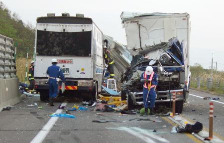 トラック正面衝突2人死亡
