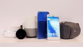 Google presentó el martes el teléfono Pixel y un equipo de realidad virtual, en un nuevo intento de su compañía matriz, Alphabet Inc, por vender dispositivos de la marca y competir con el iPhone de Apple Inc en la gama alta de un mercado global de más de 400.000 millones de dólares. En la imagen, algunos de los nuevos artículos de Google expuestos durante su presentación en San Francisco, EEUU, el 4 de octubre de 2016.   REUTERS/Beck Diefenbach
