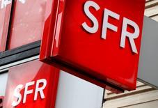 SFR GROUP, à suivre jeudi à la mi-séance de la Bourse de Paris, perd encore 0,99% à 25,11 euros. L'Autorité des marchés financiers a justifié mercredi son rejet du projet de rachat par ALTICE (-1,31%) du solde du capital de sa filiale télécoms par le manque de précision du groupe sur les rémunérations qui seraient versées par la filiale à sa maison mère. /Photo prise le 8 août 2016/REUTERS/Philippe Wojazer