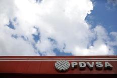 El logo de la petrolera estatal venezolana en una estación de servicio en Caracas el 10 de agosto de 2016. La estatal Petróleos de Venezuela (PDVSA) tiene planes de emitir hasta 4.700 millones de dólares en deuda privada, a fin de saldar facturas pendientes con sus proveedores, según un documento interno de la firma visto por Reuters. REUTERS/Marco Bello