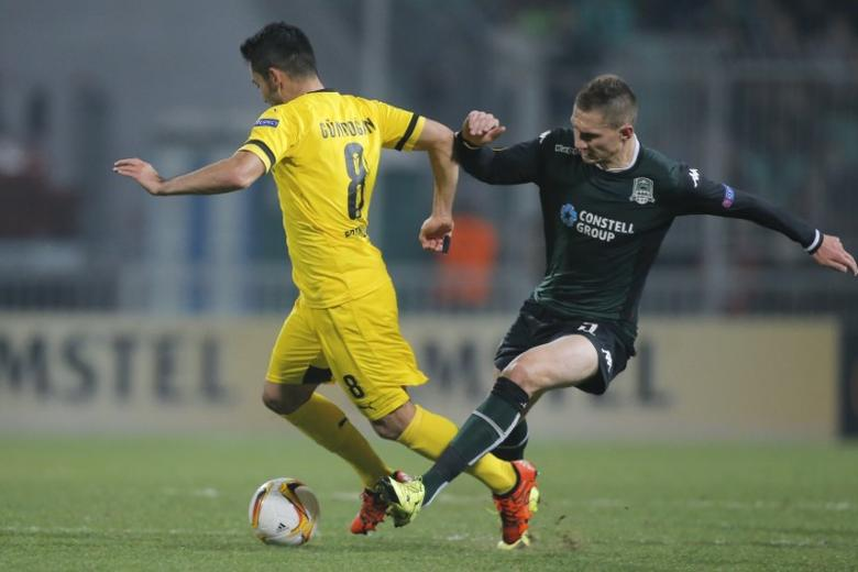 Football Soccer - Krasnodar v Borussia Dortmund - Europa League Group Stage - Group C -  Kuban stadium, Krasnodar, Russia - 26/11/15  Krasnodar's Artur Jedrzejczyk (R) in action against Borussia Dortmund's Ilkay Guendogan REUTERS/Maxim Shemetov