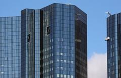 La sede del Deutsche Bank en Fráncfort, oct 5, 2016. Deutsche Bank y muchos otros grandes bancos deberían reexaminar sus modelos de negocio para mantener una rentabilidad a largo plazo en un entorno de tasas de interés bajas, dijo el jueves Christine Lagarde, la directora gerente del Fondo Monetario Internacional (FMI).    REUTERS/Kai Pfaffenbach