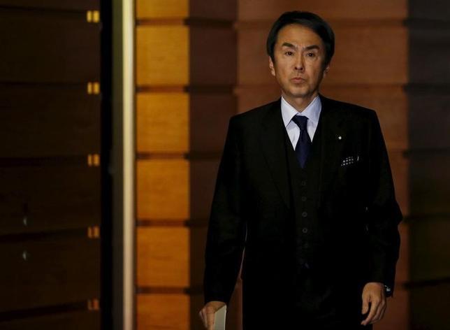 10月7日、石原伸晃経済再生相は7日の閣議後会見で、安倍晋三内閣で行われる次期衆院選では、消費税率の10%以上への引き上げは争点にならないと明言した。安倍首相官邸で1月撮影(2016年 ロイター/Yuya Shino)