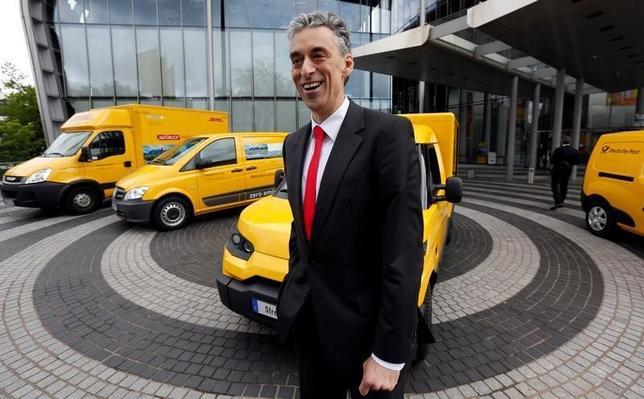 10月6日、郵便・物流大手ドイツポストが自社で配送用電気自動車(EV)を静かに設計・生産している。写真はEVの前に立つフランク・アッペル最高経営責任者(CEO)。ドイツのボンで2013年5月撮影(2016年 ロイター/Wolfgang Rattay)