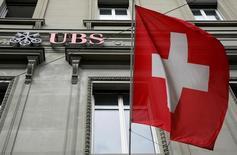 El banco suizo UBS dijo el viernes que el Ministerio de Hacienda español ha pedido asistencia a las autoridades suizas en materia fiscal. En la imagen, el logotipo del banco suizo bank UBS en una sucursal en Berna, Suiza, el 9 de mayo de 2016. REUTERS/Ruben Sprich/File Photo