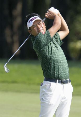 男子ゴルフ池田、2打差の2位に