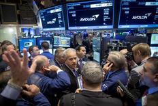 Operadores en el puesto de Avolon Holdings en la bolsa de Nueva York, dic 12, 2014. Avolon Holdings, parte del grupo chino HNA, adquirió los activos del negocio de alquiler de aeronaves del conglomerado CIT por 10.000 millones de dólares, lo que creará la tercera firma de arriendos más grande del mundo en un sector de rápida consolidación.   REUTERS/Brendan McDermid