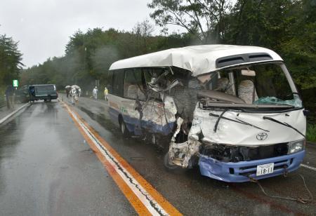 バスと車正面衝突、25人搬送