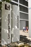 Le groupe LafargeHolcim cède sa participation de 54,3% dans sa filiale chilienne à la société d'investissement Inversiones Caburga Limitada. Ce faisant, le cimentier franco-suisse se désengage du Chili. /Photo d'archives/REUTERS/Arnd Wiegmann