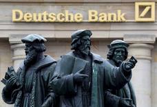 Deutsche Bank continue de réduire la taille de son portefeuille de produits dérivés, qui n'est pas aussi risqué que certains investisseurs pourraient croire. /Photo d'archives/REUTERS/Kai Pfaffenbach