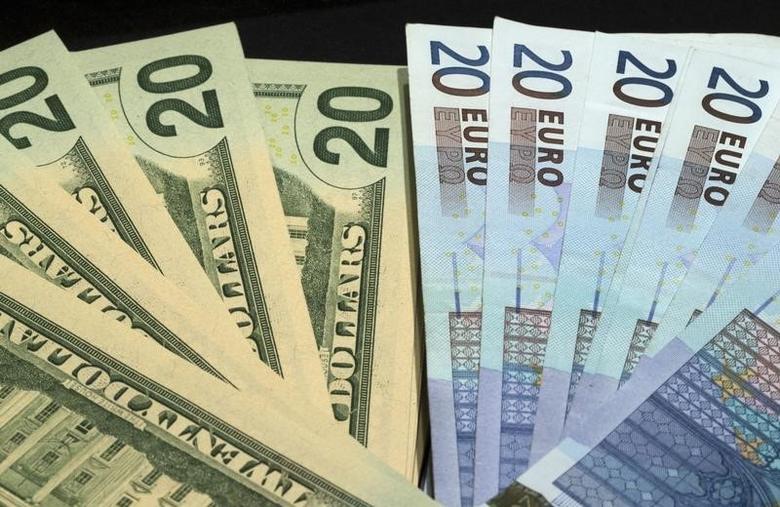 2014年10月28日,美元和欧元纸币。REUTERS/Philippe Wojazer
