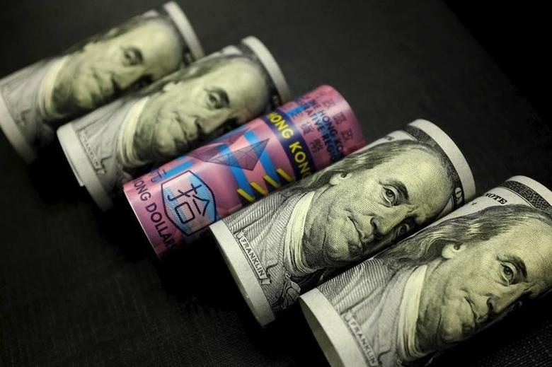 2016年1月21日,美元和港元纸币。REUTERS/Jason Lee