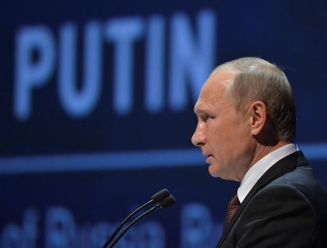 10月10日、ロシアのプーチン大統領は、OPEC減産合意に参加の用意があると述べた。写真はイスタンブールで同日撮影(2016年 ロイター/Sputnik/Kremlin/Alexei Druzhinin via REUTERS)