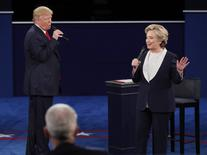 Candidato republicano à Presidência dos EUA, Donald Trump, e candidata democrata, Hillary Clinton, durante debate em St. Louis.       09/10/2016          REUTERS/Jim Young