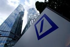El logo de Deutsche Bank en la sede de la compañía en Fráncfort, Alemania. 9 de junio de 2015. Ante la amenaza de una multa de miles de millones de dólares de los reguladores de Estados Unidos, el directorio de Deutsche Bank está reformulando su cuestionada revisión estratégica, dijeron personas cercanas al tema. REUTERS/Ralph Orlowski/File Photo
