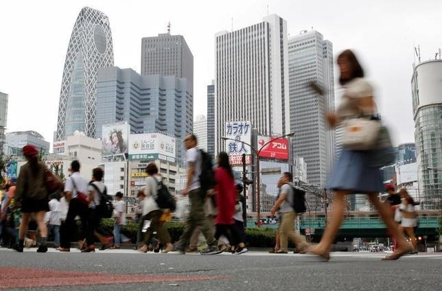 10月11日、内閣府が発表した9月の景気ウオッチャー調査では、景気の現状判断DIが44.8で、前月比0.8ポイント低下し、3カ月ぶりの低下となった。写真は新宿高層ビル街で9月撮影(2016年 ロイター/Toru Hanai)