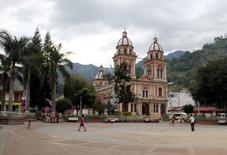 Niños jugando en la plaza principal en Cajamarca, Colombia. 26 de agosto de 2016. Las frondosas montañas de Cajamarca, disputadas años atrás por guerrilleros y paramilitares en el centro de Colombia, albergan uno de los yacimientos de oro más grandes de Latinoamérica, pero el proyecto amenaza con claudicar. REUTERS/Julia Cobb