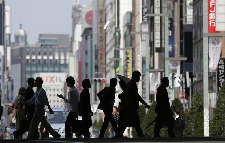 2013年5月16日,东京银座购物街的行人。REUTERS/Toru Hanai