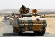 """Турецкая бронетехника на границе с Сирией в провинции Газиантеп 26 августа 2016 года. Турецкие войска останутся в военном лагере на севере Ирака, пока """"Исламское государство"""" не будет вытеснено из близлежащего Мосула, сказал в среду вице-премьер Турции, сигнализировав о том, что противостояние Анкары и Багдада в связи с присутствием турецких сил сохранится. REUTERS/Umit Bektas"""