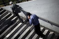 """Una persona conversando por teléfono móvil en Ciudad de México, oct 8, 2015. Una """"startup"""" estadounidense de servicios inalámbricos respaldada por el co-fundador de Skype se asoció con la firma de televisión satelital Dish México para atraer suscriptores al ofrecer planes gratuitos de llamadas y datos en el cada vez más competitivo mercado local de telefonía móvil.  REUTERS/Edgard Garrido"""