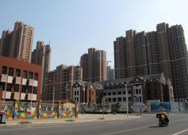 10月11日、中国で、主要都市の住宅販売規制が相次いでいる。買い手や不動産開発会社の間で警戒感が高まり、物件の値下がりや販売不振が起きている。河南省鄭州で9月撮影(2016年 ロイター/Yawen Chen)