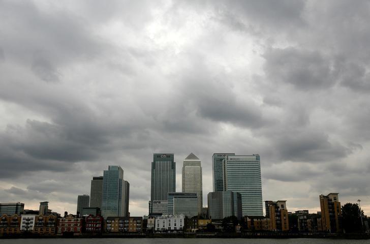 图为2010年资料图片,显示伦敦金丝雀码头上空乌云密布。REUTERS/Greg Bos/File Photo