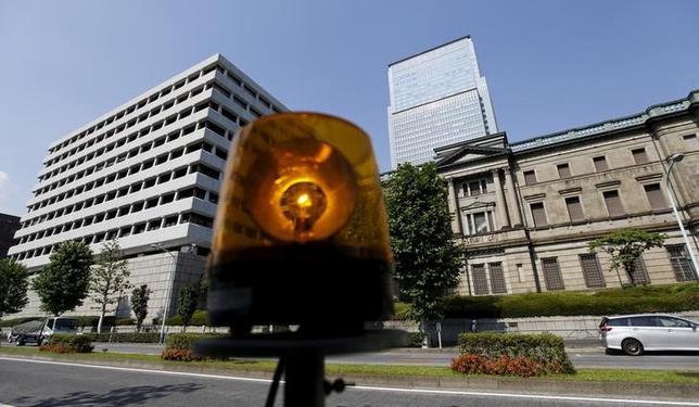 10月13日、日銀は31日─11月1日に開く金融政策決定会合で、2017年度物価見通しを従来の前年比1.7%(生鮮除く消費者物価指数、コアCPI)から小幅下方修正する方向だ。写真は都内で昨年6月撮影(2016年 ロイター/Toru Hanai)
