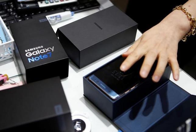 10月13日、韓国のサムスン電子は、発火トラブルで生産・販売を中止した新型スマートフォン「ギャラクシーノート7」について、同国内で返金もしくは同社製の別機種との交換を開始した。写真はソウル市内の同本社で撮影(2016年 ロイター/Kim Hong-Ji)