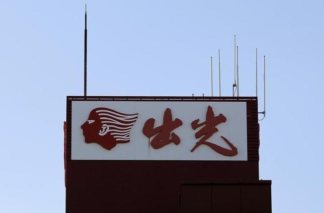 10月13日、出光興産と昭和シェル石油は、来年4月に予定していた合併を延期すると発表した。写真は出光の看板。都内で昨年11月撮影(2016年 ロイター/Toru Hanai)