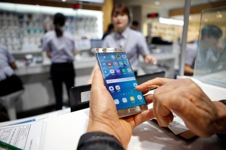 A customer uses his Samsung Electronics' Galaxy Note 7 as he waits for an exchange at company's headquarters in Seoul, South Korea, October 13, 2016.   REUTERS/Kim Hong-Ji