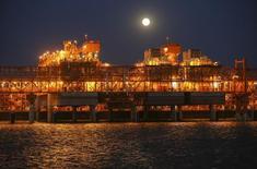 Главный перерабатывающий центр месторожденя Кашаган в Каспийском море. Гигантское каспийское месторождение Кашаган в Казахстане отгрузило первую партию нефти на экспорт, сообщило Минэнерго в пятницу.   REUTERS/Stringer