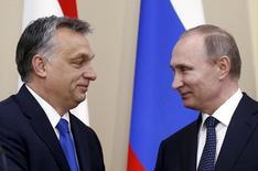 Президент России Владимир Путин (справа) и премьер Венгрии Виктор Орбан на встрече в подмосковной резиденции Ново-Огарево 17 февраля 2016 года. Россия проводит кампанию, включающую скрытые экономические и политические меры, цель которой - манипулирование пятью странами Центральной и Восточной Европы, дискредитация западной либеральной демократической модели и нанесение ущерба трансатлантическим связям, говорится в докладе частной американской исследовательской группы. REUTERS/Maxim Shipenkov/Pool