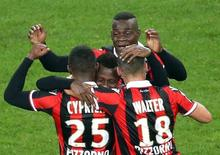 Jogadores do Nice comemoram gol contra o Lyon.  14/10/16.   REUTERS/Eric Gaillard