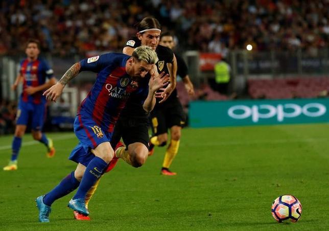 10月14日、サッカーのスペイン1部、バルセロナのルイスエンリケ監督は、FWリオネル・メッシ(左)が故障から完全に回復し、15日の国内リーグ、デポルティボ戦で復帰することになると明らかにした。バルセロナで9月撮影(2016年 ロイター/Albert Gea)