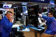 El Banco Patagonia de Argentina prevé sacar en la bolsa de Nueva York el 30 por ciento de su capital en abril próximo, dijeron el viernes a Reuters dos fuentes cercanas a la operación. Imagen de operadores trabajando en la Bolsa de Nueva York en Nueva York, Estados Unidos el 3 de octubre de 2016.  REUTERS/Lucas Jackson