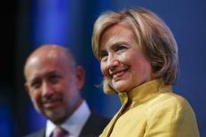 Экс-госсекретарь США Хиллари Клинтон и глава банка Goldman Sachs Ллой Бланкфейн на общественном мероприятии, организованном экс-президентом США Биллом Клинтоном в Нью-Йорке 24 сентября 2014 года. Полученные в результате взлома электронной почты высказывания кандидата в президенты США от демократов и экс-госсекретаря Хиллари Клинтон, прозвучавшие в 2013 году на встречах с высокопоставленными финансистами, в субботу стали достоянием общественности благодаря Wikileaks. REUTERS/Shannon Stapleton